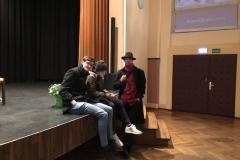 Tobias Rohde im Gespräch mit einigen Schülern am Ende der Veranstaltung